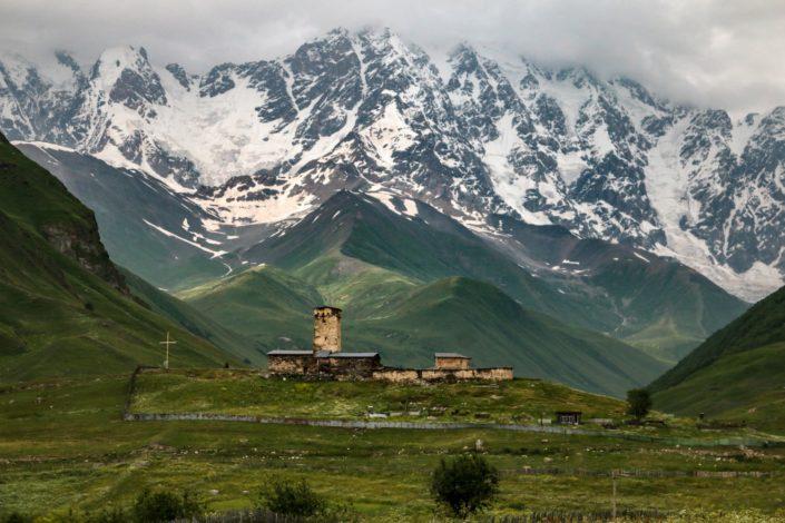 Der Schchara Gletscher und die Lamaria Kirche