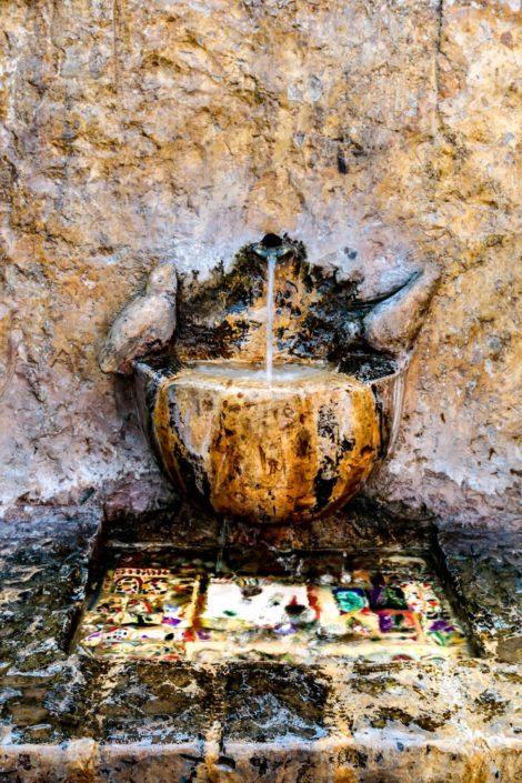 Es gibt zahlreiche künstlerische Brunnen in der Stadt