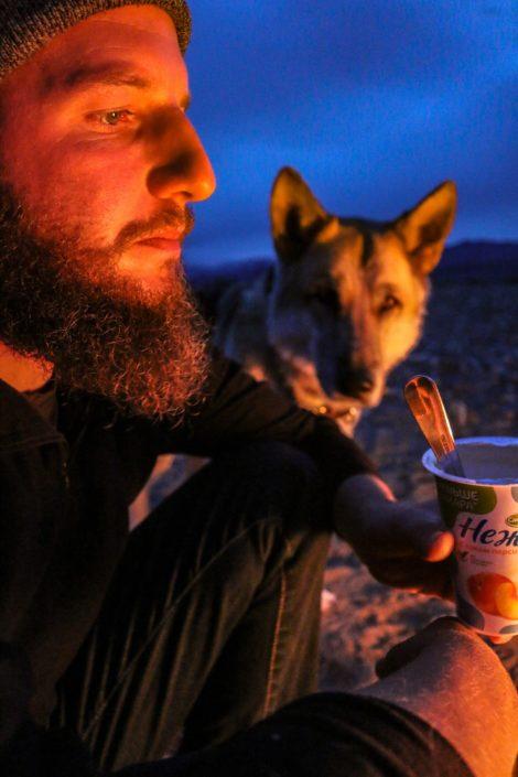 Fettfreier Joghurt am Lagerfeuer - das ist Vanlife :D