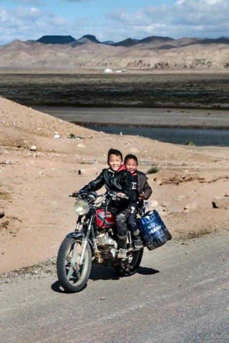 Die zwei kommen gerade vom Wasserholen... mit dem Motorrad, wie sonst :D