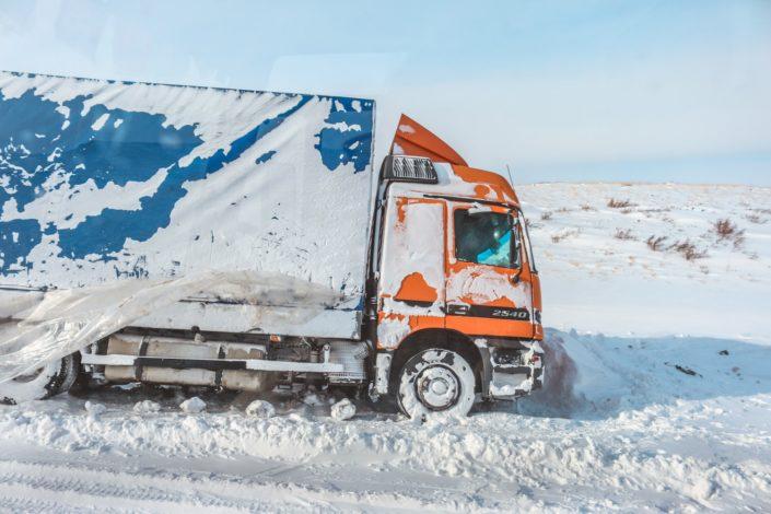 Liegengebliebene LKWs werden regelrecht vom Winter verschlungen.