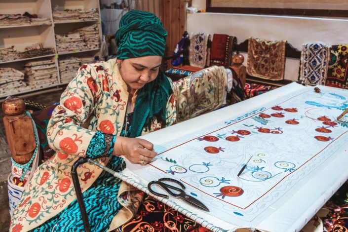 Anfertigung eines Suzanis | Usbekische Stoffe