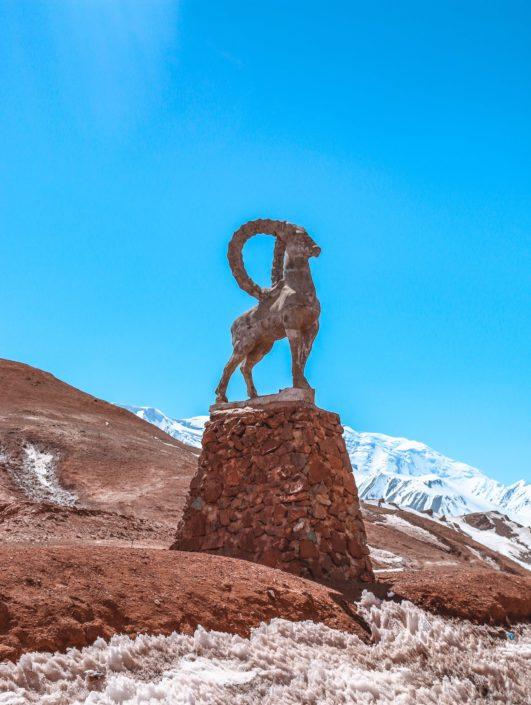Statue eines Marco Polo Schafes auf der Spitze des Passes