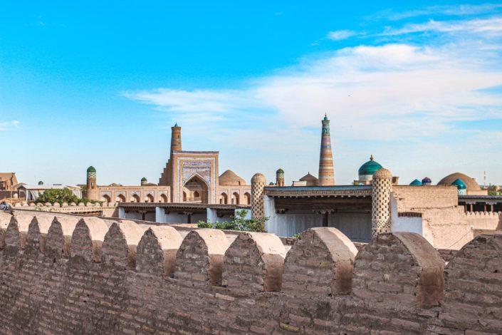 Khiva - Stadtmauer mit Blick auf Kunia Ark